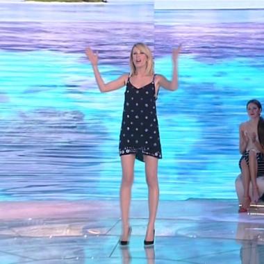Tv – Sull'isola senza Simona che noia! Un bacio movimenta la serata