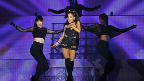 Ariana Grande ritorna a Manchester dopo la strage. Concerto per le giovani vittime