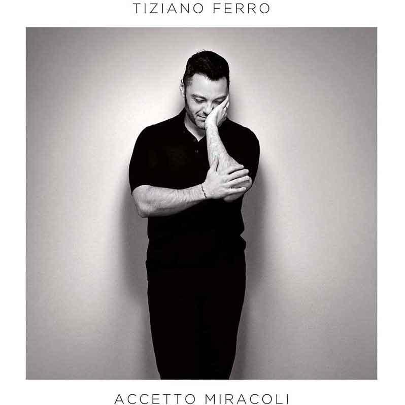"""TIZIANO FERRO – ACCETTO MIRACOLI """"ACCETTO MIRACOLI"""" È IL NUOVO ALBUM DI TIZIANO FERRO, REALIZZATO ANCHE IN LINGUA SPAGNOLA CON IL TITOLO """"ACEPTO MILAGROS"""". PRODOTTO DA TIMBALAND E ANTICIPATO DA DUE SINGOLI, """"BUONA (CATTIVA) SORTE"""" E """"ACCETTO MIRACOLI"""" ENTRAMBE AI VERTICI DELLE CHART DIGITAL E DI AIRPLAY, L'ALBUM CONTIENE 12 CANZONI CHE SI MUOVONO AGILMENTE ENTRO GENERI E SONORITÀ AMPISSIME MA CHE, ALLA BASE, MANTENGONO L'INTEGRITÀ E LA SOLIDITÀ DELLA FIRMA DI TIZIANO FERRO. UNICA COLLABORAZIONE NEL DISCO ITALIANO È IL DUETTO CON JOVANOTTI IN """"BALLA PER ME""""."""