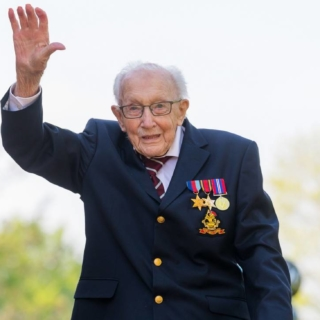 Musica - Il centenario Tom Moore guida la hit parade