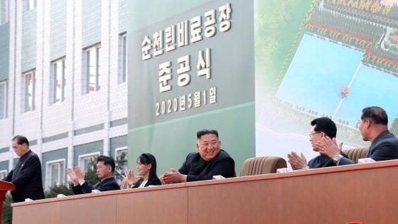 Corea del Nord, ricompare (in foto) Kim Jong-un sorridente e pimpante