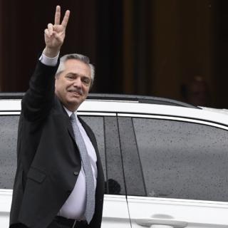 Coronavirus/ Il presidente argentino canta per convincere i giovani a stare a casa