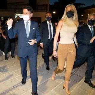 Estate - Il premier Conte in Puglia tra lavoro e famiglia