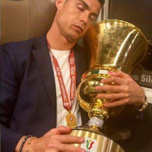 Cristiano Ronaldo, la foto mentre dorme abbracciato alla Coppa Italia