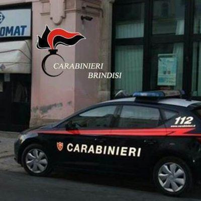 Costringono minorenne a prelevare denaro con il bancomat dei genitori disabili, due arresti nel Brindisino