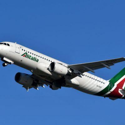 Alitalia non può pagare l'altra metà degli stipendi di maggio, la rabbia dei sindacati