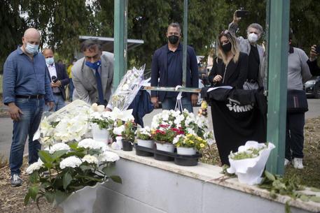 Strage di Ardea, palloncini e fiori al funerale di David e Daniel