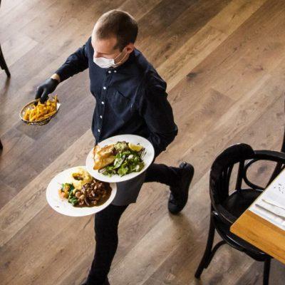 Covid-19, al ristorante e al bar anche al chiuso, ma resta il limite di 4 a tavola