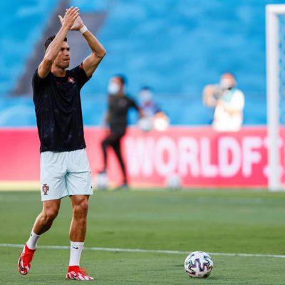 Fascia da capitano a terra e scalciata: Cristiano Ronaldo nel mirino della critica