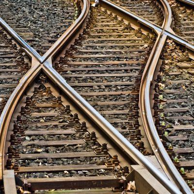 Morì sotto un treno nel Foggiano: indagati 6 giovani