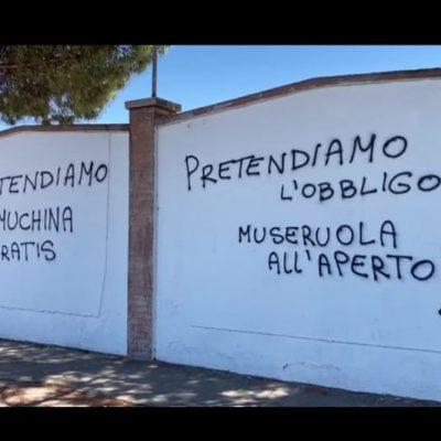 Scritte no-vax sui muri dell'hub a Foggia