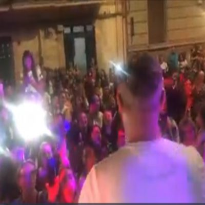 Serenata in strada a Bari, decine i fan del cantante neomelodico che scatenano le polemiche