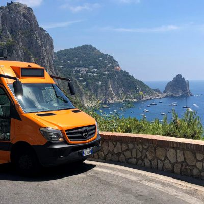 Capri, minibus precipita in una scarpata: un morto e 19 feriti. Quattro sono gravi. Un bambino è stato trasportato a Napoli
