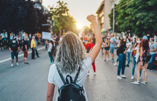 Proteste contro il Green pass: toni accesi nei cortei a Milano, Genova, Aosta, Firenze e Napoli