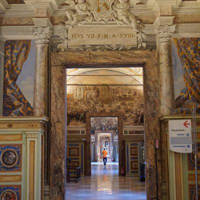 Nella sala dei Musei Vaticani si apre il processo al cardinale Becciu sul palazzo di Londra