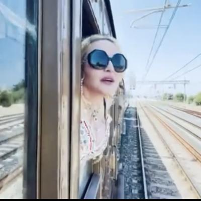 """Madonna in treno saluta i posti della sua vacanza:  """"Ciao Italia, ciao Puglia!"""""""