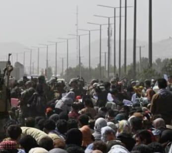 Afghanistan, altri sette morti nella calca all'aeroporto. Gli Stati Uniti temono attacchi dell'Isis