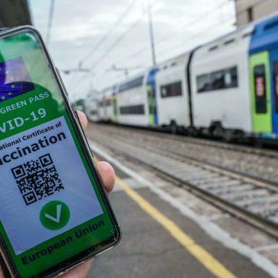 """Da oggi Green Pass obbligatorio su aerei, treni e bus a lunga percorrenza. Il Viminale: """"Tolleranza zero contro i no vax"""""""