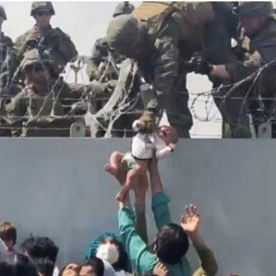 Kabul, il neonato passato sul filo spinato torna fra le braccia del padre