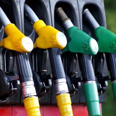 Non solo elettricità e gas, salgono anche i prezzi della benzina: mai così alti dal 2014