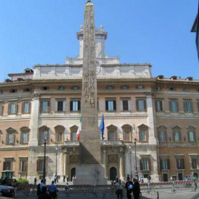 Green pass obbligatorio anche a Montecitorio. Le violazioni sanzionate col taglio della diaria e la sospensione