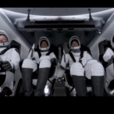 Spazio, l'equipaggio dei SpaceX suona l'ukulele mentre è in orbita