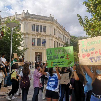 Doppi turni nelle scuole superiori del barese, primo giorno tra le proteste di studenti e genitori