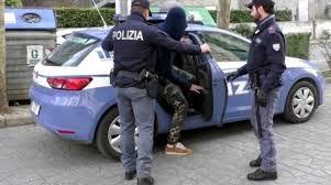 Rubano prosciutti in un caseificio e poi speronano l'auto della polizia, due arresti a Bari