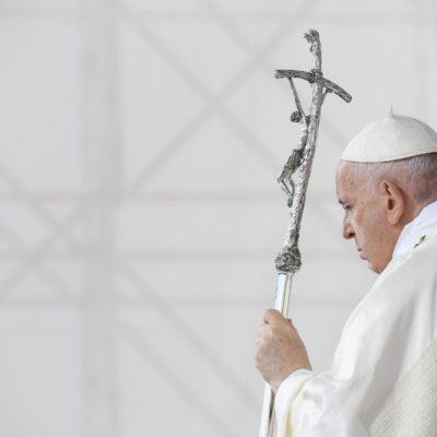 """Papa Francesco: """"Nozze solo tra uomo e donna. Possibili le unioni civili gay"""""""