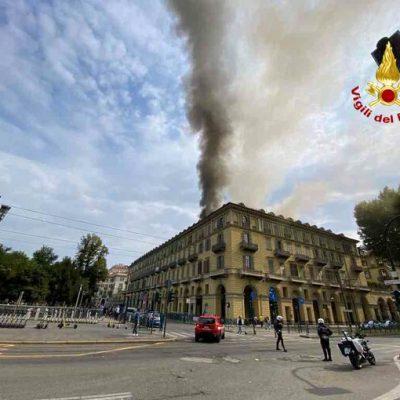 Torino, incendio in un edificio del centro. Cinque feriti lievi e 100 persone evacuate