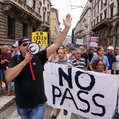 'No Green Pass', tensione a Milano: scontri con la Polizia