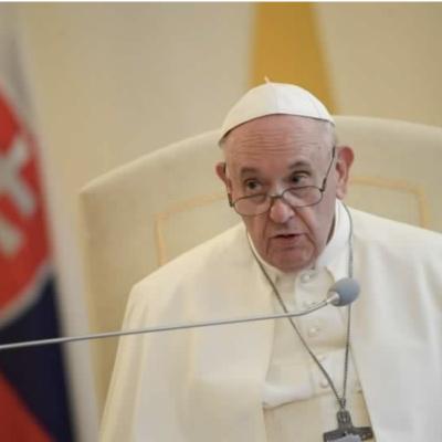 """Papa Francesco ai giornalisti: """"Come sto? Ancora vivo"""""""