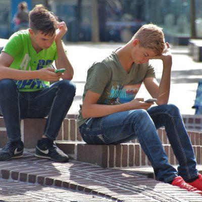 Smartphone, gli italiani lo ricevono prima dei 10 anni