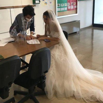 Prof firma per la cattedra in abito da sposa