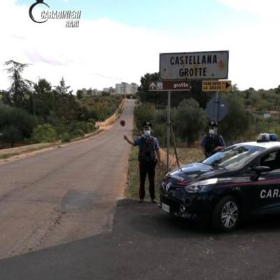 Riempie i carrelli di merce e fugge senza pagare, tentando anche di investire un carabiniere: arrestata una donna