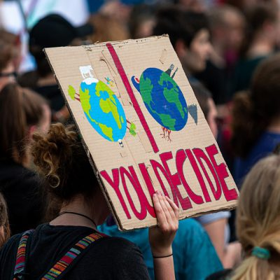 Il corteo per il clima a Milano, 100 mila giovani sfilano con Greta e Vanessa
