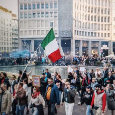 Manifestazione No Green pass a Milano, sfilano in migliaia. Proteste dinanzi alla sede della Rai